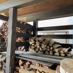 自宅用の未乾燥薪を積むことにした。