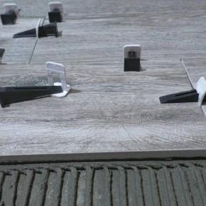 укладка керамической плитки с клиньями