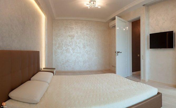 декоративная штукатурка на стене в спальне