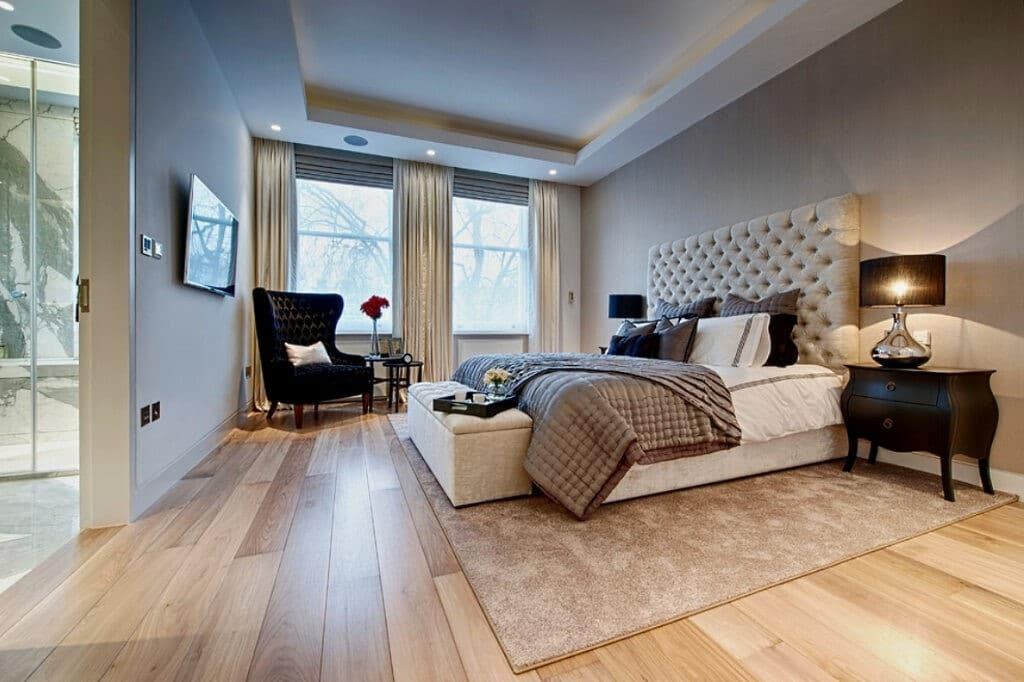 спальня с половым покрытием из дерева-массива