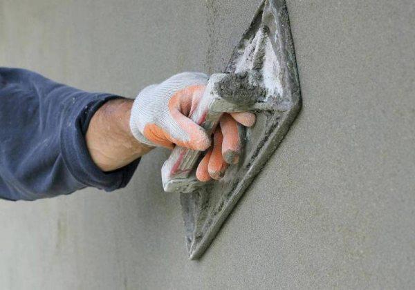 Затирка штукатурки сухим способом при помощи металлической терки