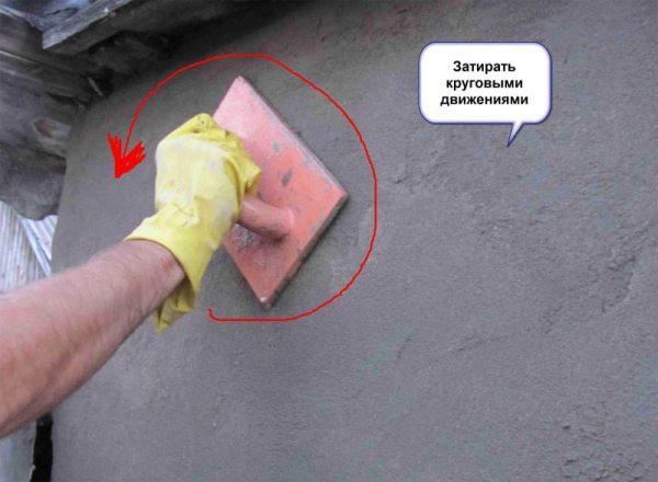 Затирка всей поверхности стен, кроме углов, производится круговыми движениями