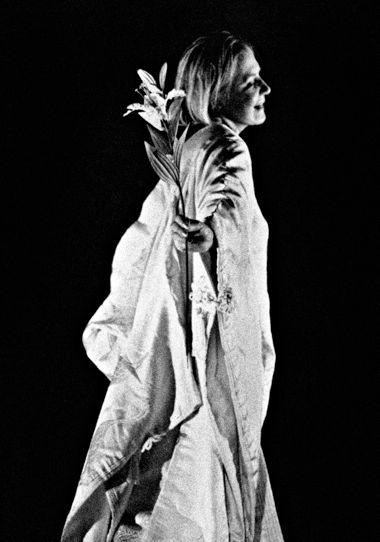 Алла Демидова в роли Офелии в моноспектакле «Гамлет-урок», режиссер Теодорос Терзопулос, совместная постановка театра «А» и афинского театра Attis, 2001 Фото Johanna Weber