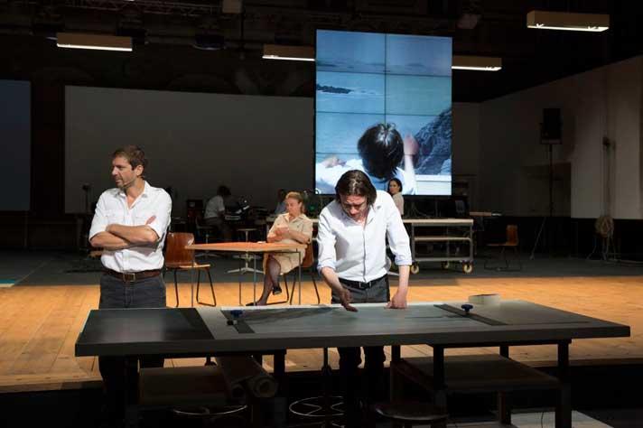 Сцена из спектакля «Источник» Иво ван Хове. Фото:http: www.festival-avignon.com