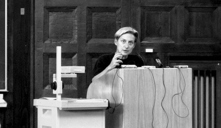 Джудит Батлер, выдающийся современный американский философ, представительница постструктурализма, специалист по вопросам феминизма, гендерной и квир-теории, политической философии, этики и т. д.