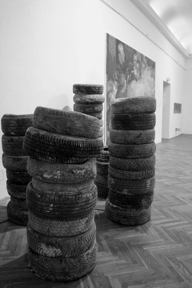 На выставке в Kunstlerhaus была только одна автопокрышка —  участница Майдана. Остальные кураторы нашли в венских гаражах и на свалках.