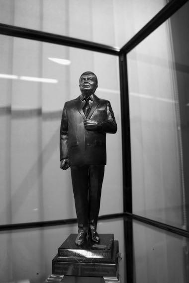 Из «Книги тщеславия». Янукович. Надписи на статуэтке: «Спільно до нашої перемоги» («Вместе к нашей победе»), «Робота і результат в ім'я моєї Батьківщини» («Работа и результат во имя моей Родины»).
