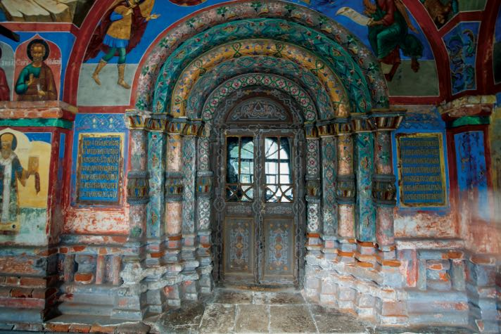 Кирпичное узорочье и фрагмент фресок, украшающих портал южного входа в церковь Николы Надеина в Ярославле.