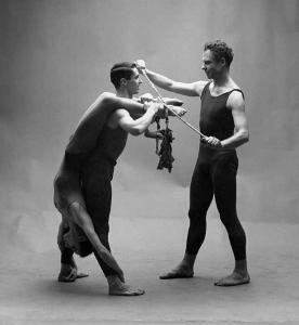 Каролин Браун, Стив Пакстон и Мерс Каннингем в «Эоне», хореография Мерса Каннингема, костюмы Роберта Раушенберга, 1961