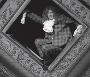 В спектакле «Гамлет/ Коллаж» по Шекспиру Евгений Миронов играет один все роли. Поста- новка Робера Лепажа, Театр наций, Москва, 2013