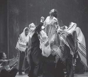 Сцена из «Диббука» Рои Хена по мотивам одноименной пьесы С. Ан-ского, режиссер Евгений Арье, Театр «Гешер», 2014