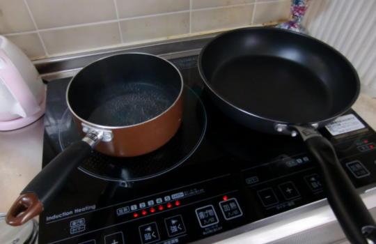 ラーメン鍋とフライパンを火にかけている画像