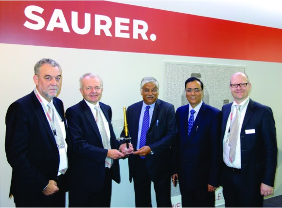From left to right: Henri Wiggers - Regional Sales & Service Director of Schlafhorst Zinser, Dr. Martin Folini, CEO of Saurer and Saurer Schlafhorst, Anupam Agrawal, Director of the Spun Yarns Division of Indorama, Virender Kumar Bhalla, Manufacturing Head of Indorama, Ralph Knecht, General Manager of Ring Spinning.