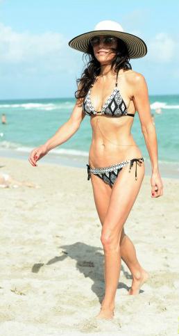 bethenny-frankel-miami-beach-date-with-hunky-mystery-man-011