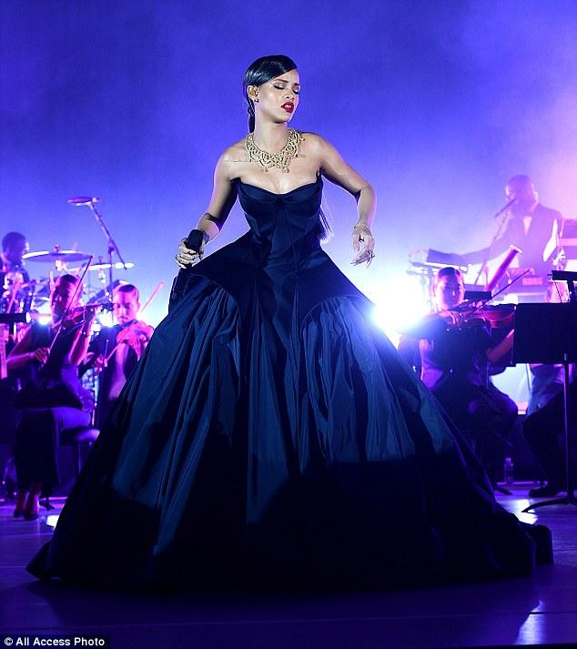 rihannaAtBall_performing