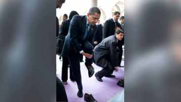 pres_barack_obama_mosque_istanbul_