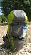 Dreckwasserflasche am Rucksack.
