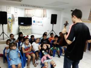 Tocar música y cantar hace a niños y niñas mejores lectores y estudiantes