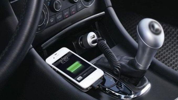 Bahaya Mencharge Smartphone di Mobil