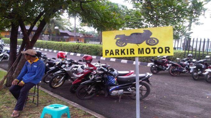 Cara Parkir Motor Menurut Mas Hadi Yang Benar dan Aman