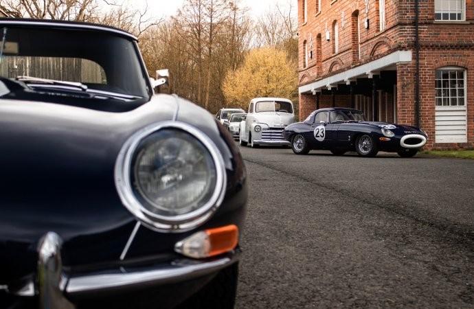 Berbagai Mobil Klasik di 'UK Restoration Shop'