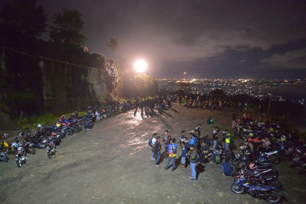 Ratusan Bikers Suzuki Kompak Ramaikan Suzuki Saturday Night Ride
