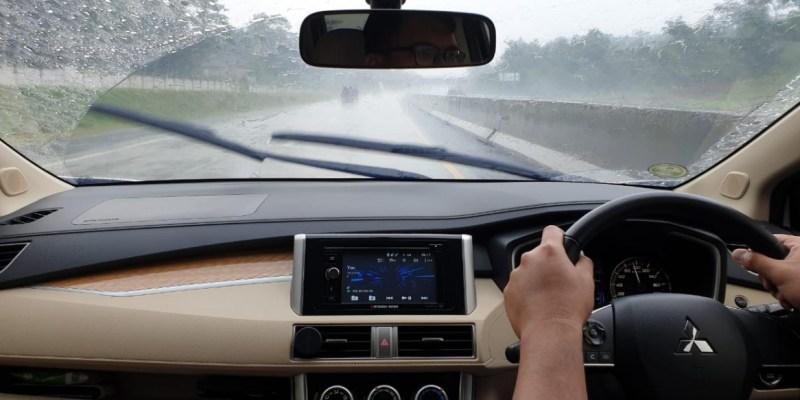 Berkendara Saat Hujan Deras, Ini yang Harus Diperhatikan!