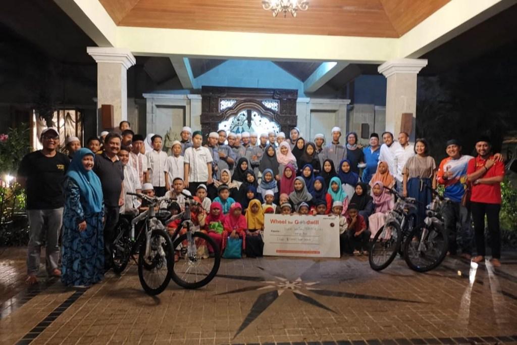 McLaren Jakarta dan MCI Bagi-Bagi Sepeda