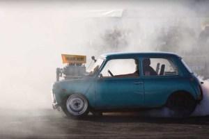 Inilah Aksi Burn Out Mini Cooper Klasik Bertenaga 600 HP!