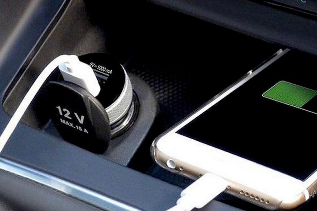 Bahayanya Charging Handphone di Power Output Mobil