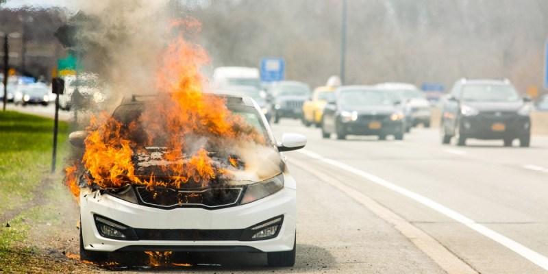 4 Cara Mencegah Mobil Terbakar Saat di Jalan