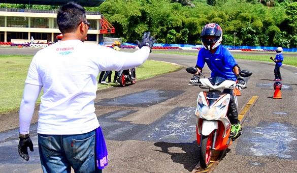 latihan-safety-riding-pengereman -otoborn.com