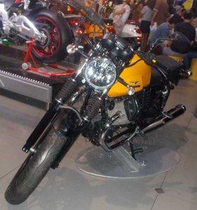 Moto Guzzi V7 II Stone Depan kiri