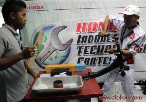 Peserta melakukan uji materi pemasangan bearing pada acara Kompetisi Keterampilan Mekanik & Service Advisor ke -23 di Gedung Astra Honda Training Center (AHTC), Sunter (25/8).