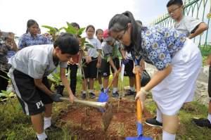 Siswi Siswa Tanam 1000 Pohon Buah Bersama Wuling