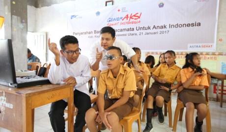 Melalui penyerahan kacamata dari hasil program GSI 2016, 2.000 anak usia sekolah di Kabupaten Kepulauan Talaud akan dapat melihat lebih baik. Seorang anak sedang diperiksa matanya oleh petugas refraksi didampingi Kepala Divisi Kesehatan Rumah Sakit dan Sosial PMI Pusat dr. Mochamad Arfan (belakang).