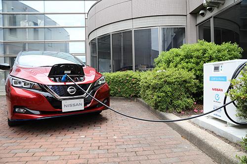 Nissan LEAF memberi daya pada bangunan melalui perangkatvehicle-to-building