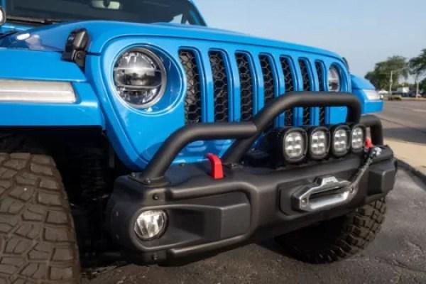 Jeep J6 Dengan Dua Pintu Dengan Warna Biru Langit