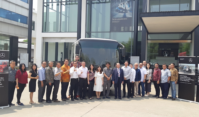 DCVI Serah Terimakan 95 Unit Bus dan Truk Mercedes-Benz