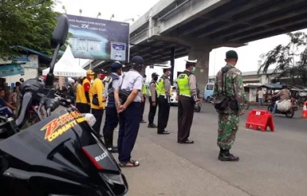 Karyawan Suzuki 2W Bagikan Masker Bersama Komunitas Bandit