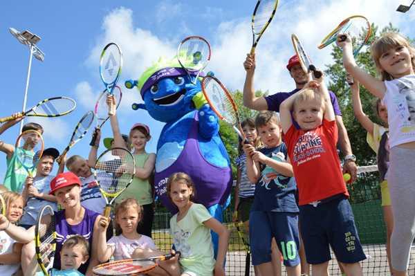 Izzy igra tenis z otroki
