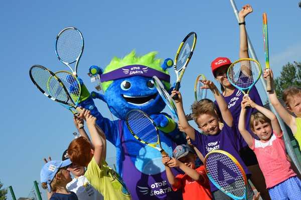 vesoljček Izzy igra tenis
