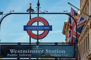 ロンドン地下鉄入口とユニオンジャック