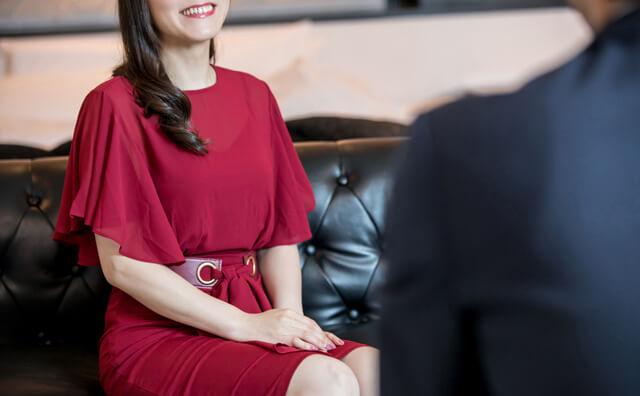 会話中に笑っている女性のイメージ