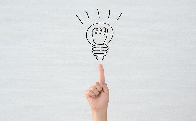 電球を指さしているイメージ