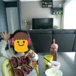 遊びながら食事をする子供