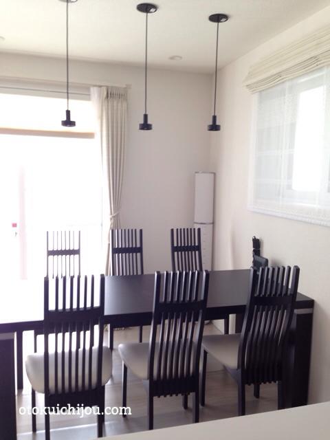 キッチン側から見たブラックダイニングテーブル