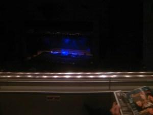 休憩中のステージ:「シカゴ」と「ヒューイ・ルイス&ザ・ニュース」のライブを観る