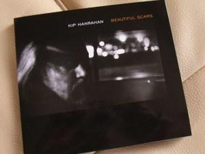 キップ・ハンラハン(KIP HANRAHAN)の『ビューティフル・スカーズ(BEAUTIFUL SCARS)』