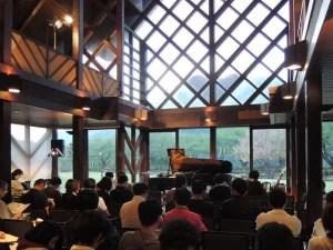 会場は山寺風雅の国:カルロス・アギーレ&キケ・シネシのコンサートに行く